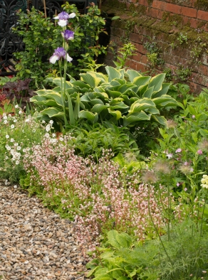 Cottage planting and gravel path - a perfect combination ...
